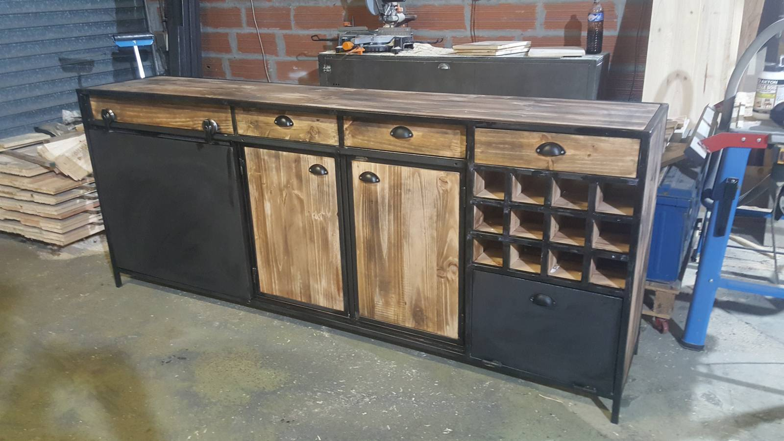 buffet industriel avec porte coulissante sur bordeaux fabrication de mobilier bois et m tal en. Black Bedroom Furniture Sets. Home Design Ideas