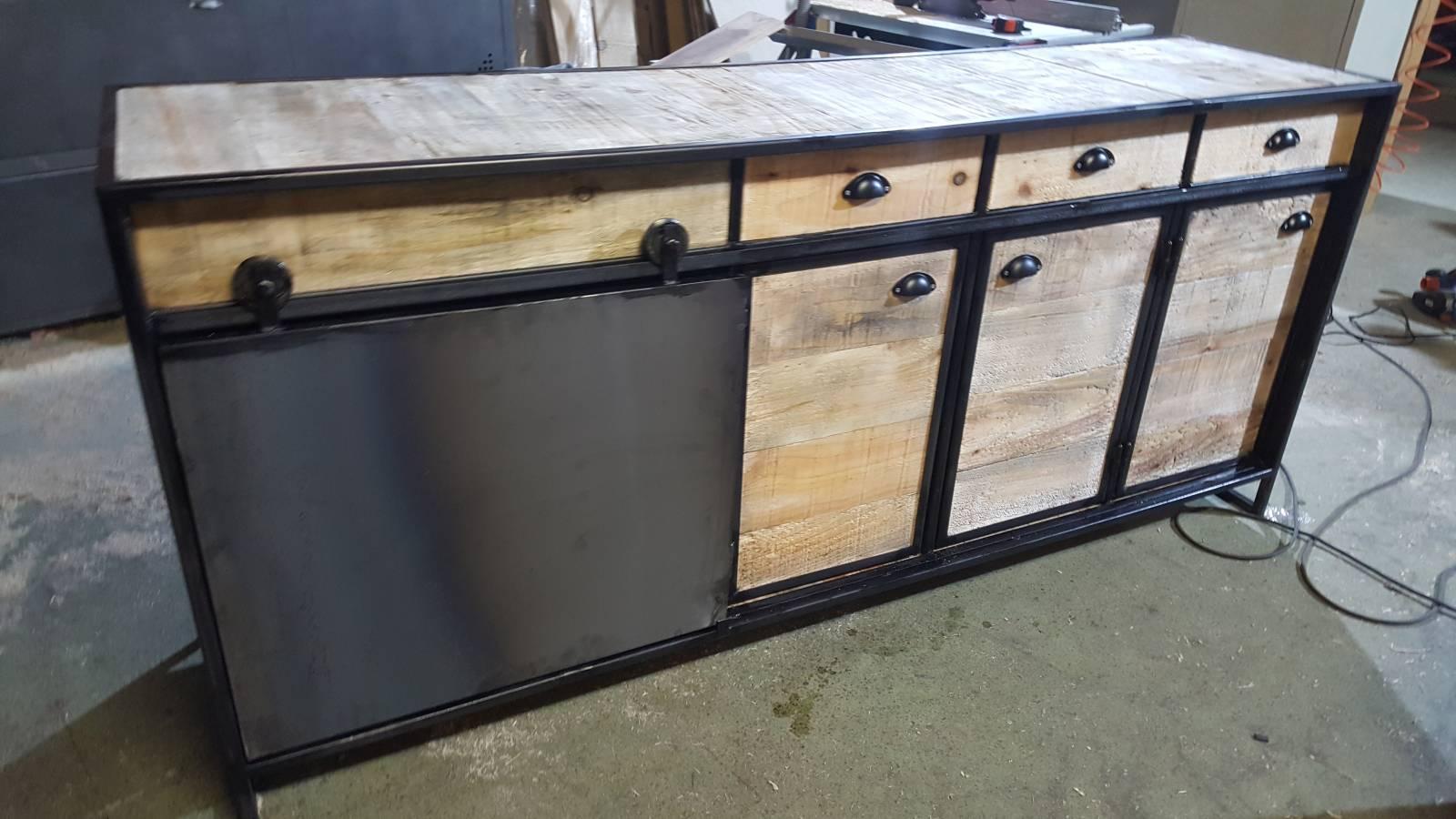 buffet industriel avec porte coulissante sur bordeaux fabrication de mobilier bois et m tal en. Black Bedroom Furniture Sets. Home Design Ideas